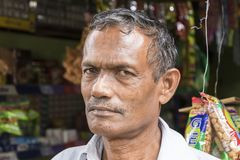 Tissamaharama Sri Lanka Februari 19th, 2017: Freaky gammal gatuförsäljare Arkivfoto
