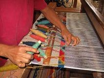 Tissant avec un vieux métier à tisser traditionnel, Teotitlan, Mexiko Images stock