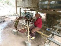 Tisserand thaïlandais au camp d'or d'éléphant de triangle d'Anantara photos stock