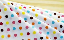 Tissu aléatoire de point de couleur de polka Photographie stock libre de droits