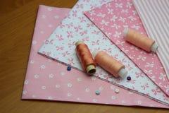 Tissu avec des bobines de fil Images stock