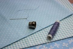 Tissu avec des bobines de fil Photo stock