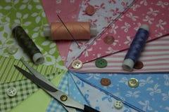 Tissu avec des bobines de fil Photo libre de droits