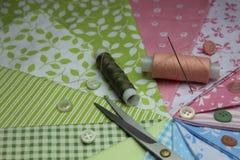 Tissu avec des bobines de fil Photographie stock