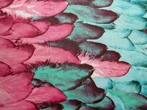 Tissu avec les plumes peintes Photographie stock