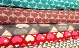 tissu avec un motif de coeur en vente dans la boutique de mercerie Photographie stock libre de droits