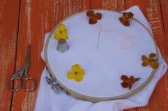 Tissu blanc dans le cercle de broderie en bois Images stock