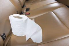 Tissu blanc qui est préparé pour nettoyer les images dans la voiture de luxe Photo libre de droits