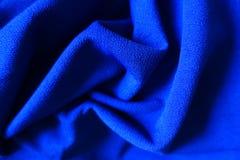 Tissu bleu électrique lumineux drapé Photographie stock