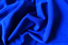 Tissu bleu électrique lumineux plié Photographie stock