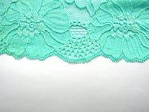 Tissu bleu de dentelle sur le fond blanc d'en haut Photo stock
