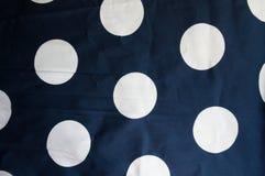 Tissu bleu-foncé avec les taches blanches Photographie stock libre de droits