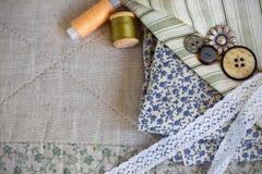 Tissu, bobines de fil, boutons et bandes de dentelle Photos libres de droits