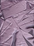 Tissu chiffonné de satin Texture de satin Fond mauve-clair image libre de droits