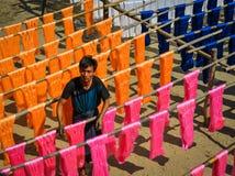 Tissu coloré accrochant pour sécher après colorant photographie stock