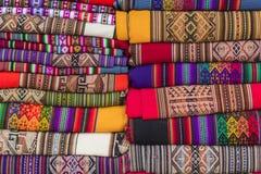 Tissu coloré au marché au Pérou, Amérique du Sud photographie stock libre de droits
