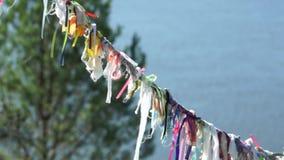 Tissu coloré de symboles païens sur la corde pour des spiritueux banque de vidéos