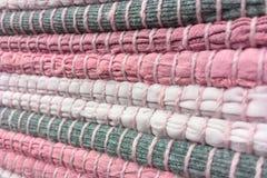 Tissu cousu des bandes de tissu Couture, réutilisation des matériaux Fond de textile images stock