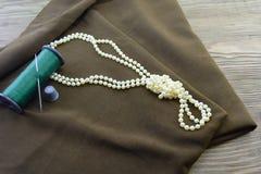 Tissu d'un fil et d'un collier images stock