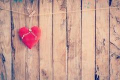 Tissu de coeur accrochant sur le fond de corde à linge et en bois avec la station thermale Photos libres de droits