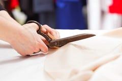 Tissu de coupe avec de grands vieux ciseaux en acier Photo stock
