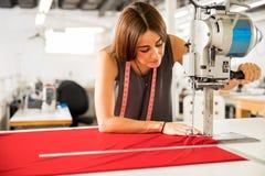 Tissu de coupe de couturier Images stock