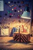 Tissu de couture avec des aiguilles, des ciseaux et des fils dans l'atelier de tailleur Images libres de droits