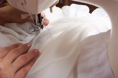 Tissu de couture de jeune femme Photos libres de droits