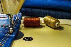 Tissu de denim sur la machine à coudre Plan rapproché du proce de couture Photo libre de droits