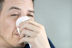 Tissu de fixation d'homme sur le nez images stock
