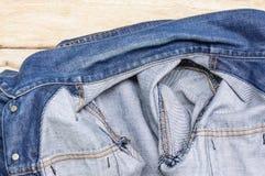 Tissu de Jean sur le fond en bois Image stock