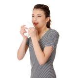 Tissu de l'adolescence de fixation de femme et éternuement Images stock