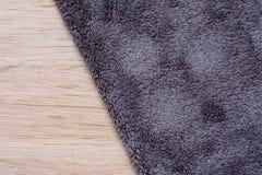 Tissu de Microfiber sur le fond en bois microfiber Photo libre de droits