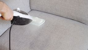 Tissu de nettoyage du sofa banque de vidéos