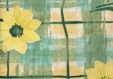 Tissu de pays avec les marguerites jaunes pour le fond images stock