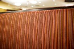 Tissu de tapisserie d'ameublement rayé orange sur un sofa image libre de droits