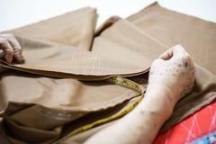 Tissu de textile de couture de tissu de prise de main de grand-maman Photos libres de droits