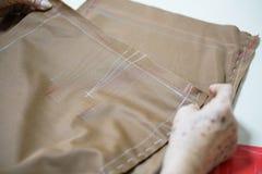 Tissu de textile de couture de tissu de prise de main de grand-maman Photographie stock libre de droits