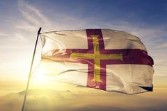 Tissu de tissu de textile de drapeau national de Guernesey ondulant sur le dessus photographie stock libre de droits