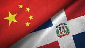 Tissu de textile de drapeaux de la Chine et de la République Dominicaine deux, texture de tissu illustration de vecteur