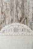 Tissu de toile avec la dentelle sur le vieux fond en bois Photo stock