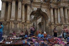 Tissu de vente de femmes devant des ruines de l'Antigua Guatemala Photo stock