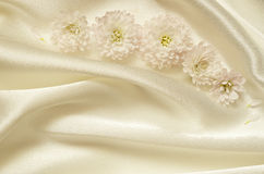 Tissu drapé chaotique blanc avec des fleurs Images stock