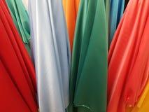 tissu en soie dans différentes couleurs montrées dans une boutique Photos stock