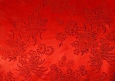 Tissu en soie rouge oriental avec le fond d'impression de chrysanthème Image stock