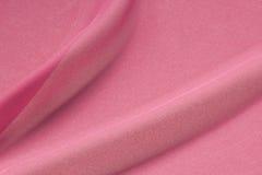 Tissu en soie texturisé de crêpe de rose choquant dans les plis Images libres de droits