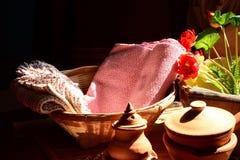 Tissu en soie thaïlandais mis dans le panier Images libres de droits