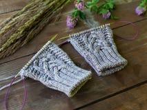 Tissu et aiguilles tricotés de laine sur la table en bois Photographie stock