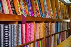 Tissu et textiles asiatiques colorés dans le magasin Image libre de droits