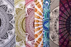 Tissu ethnique à vendre sur un marché espagnol image stock